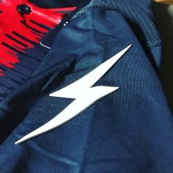 Kit Calcio Zeus Sport 2021 Perseo Blu/rosso dettaglio Saetta sulle Spalle